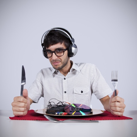man eten: Gekke jonge man het eten van muziek op zijn bord