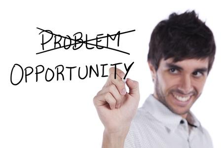 Happy jonge zakenman het draaien van een probleem in de gelegenheid (selectieve aandacht)