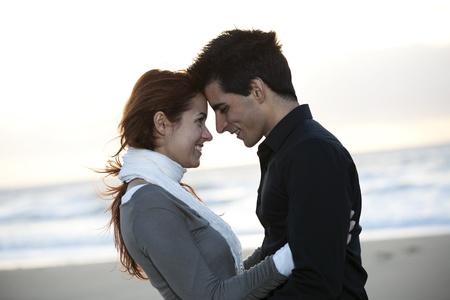 two stroke: Amor y afecto entre una joven pareja en el exterior (enfoque selectivo con DOF superficial) Foto de archivo