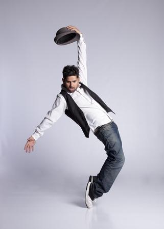 hombre cayendo: Bailarín de hip-hop mostrando algunos movimientos Foto de archivo