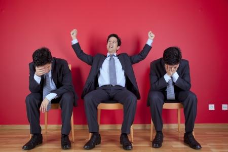 actitudes: Un exitoso hombre de negocios entre dos empresario m�s laxa
