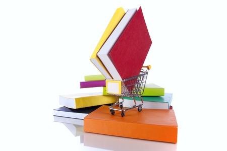 Stapel Von Bücher Und Farbe Eines Einkaufswagens (isoliert Auf Weiß ...