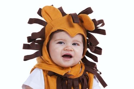 leon bebe: Chico guapo bebé con una máscara de león divertido (aislado en blanco)