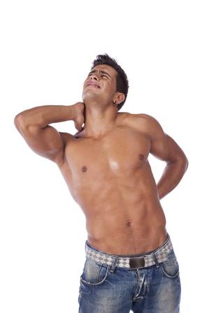 Hombre joven con dolor de espalda y cuello (aislado en blanco)
