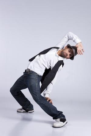 danza contemporanea: Hip hop bailarín muestra algunos movimientos Foto de archivo