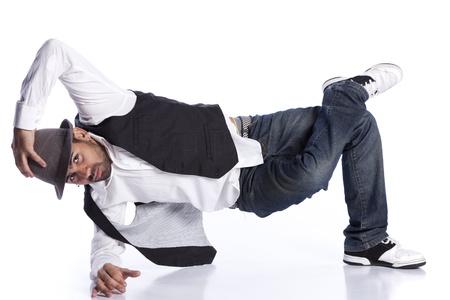danza contemporanea: Hip hop bailarín muestra algunos movimientos (aislado en blanco)