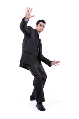 hombre cayendose: Empresario miedo en una posición baja (aislado en blanco)