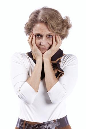 mirada triste: triste mujer mayor con su hans en su cara (aislado en blanco)