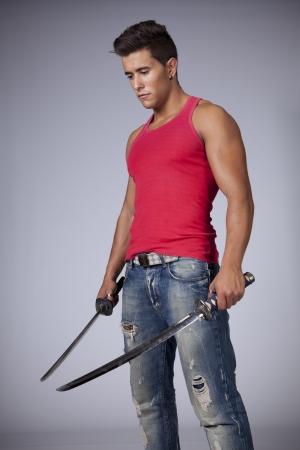 kılıç: Iki kılıç ile genç savaşçı