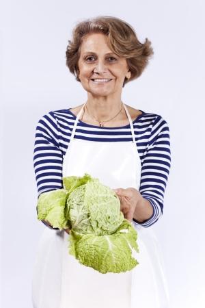Repollo: Mujer mayor hermosa que sostiene un brote