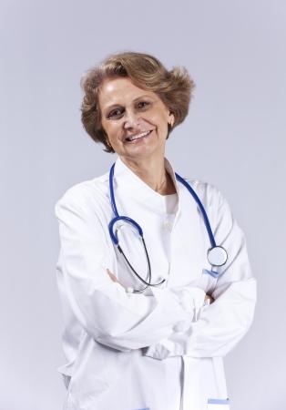mujeres mayores: M�dico mayor feliz sonriente (aislado en gris)
