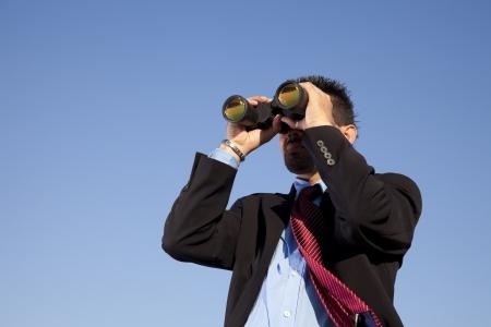 vision future: Zakenman kijken door zijn verrekijker in de buitenlucht Stockfoto
