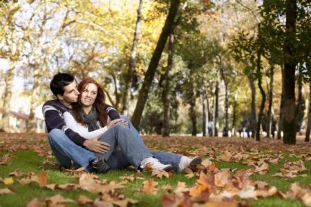 caes: El amor y el afecto entre una pareja de j�venes en el parque en oto�o (enfoque selectivo con el DOF bajo)