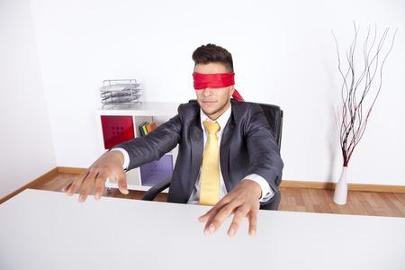 ojos vendados: Hombre de negocios en su oficina con el pañuelo que cubre sus ojos