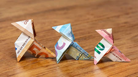 Origami birds made of 10, 20 and 50 euro bank notes Banque d'images