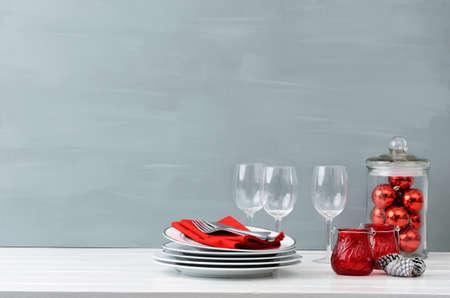복사 공간이 많은 단순하고 우아한 미니 멀 스타일에 현대 크리스마스 장식 테이블 디스플레이