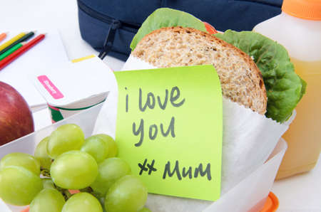 Lunchbox lleno de s�ndwich, fruta y yogur con post it photo