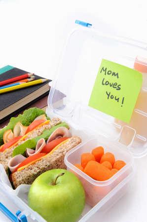 샌드위치와 건강에 좋은 음식으로 가득 학교 도시락 서프라이즈 우편 배달원 메시지 스톡 사진