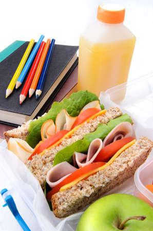 사과와 학교도 서와 함께 건강 한 터키 햄 샌드위치 스톡 사진