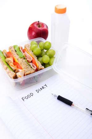 alimentacion balanceada: Jam�n y emparedado de pavo con uvas, manzana roja y el agua como parte de una dieta saludable y bien balanceada y un plan de comida
