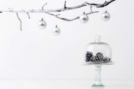 은 서리가 내린 얼음 톤, 간단한 미니멀 한 우아한 디자인의 크리스마스 장식 솔방울