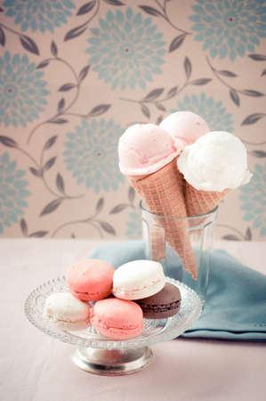 gelato: Eiskugeln auf Zuckert�ten und franz�sisch Makronen auf vintage Platte in weichen nostalgischen warmen Retro-Ton