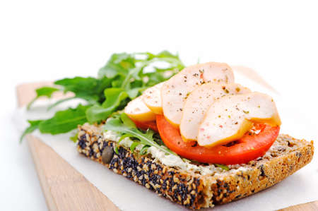 Pan integral con, ensalada y pechuga de pollo ahumado concepto de vida saludable Foto de archivo - 15564500