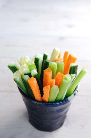 zanahorias: Listos para comer palos primas de zanahoria, pepino, ma�z y apio en una taza