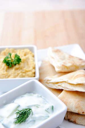 tzatziki: Verscheidenheid van dips met flatbread, Tzatziki en humus  hummus Stockfoto