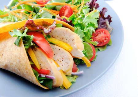 corn tortillas: Comida sana burrito de pollo ahumado con abundante ensalada cruda
