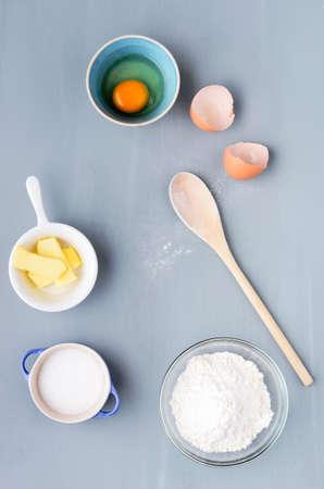 나무로되는 숟가락에 흩어져 밀가루와 그릇에 과자 베이킹 재료