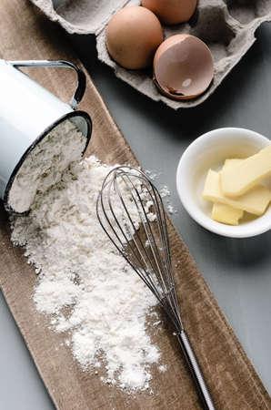 밀가루 컵 흘리의 베이킹 아직도 인생, 계란, 흐릿한 톤, 변덕 조명에 버터 스톡 사진