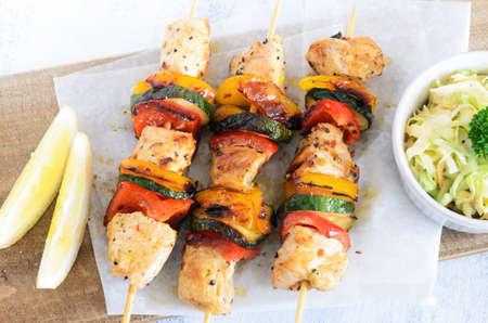 pollo a la plancha: Luz pinchos verano almuerzo pollo a la parrilla servido con verduras y ensalada de col
