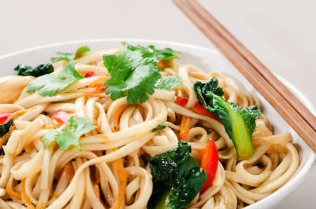 plat chinois: Nouilles chinoises asiatiques saut�s aux l�gumes servi avec une paire de baguettes