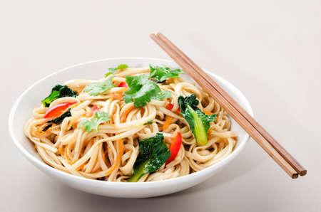 중국 아시아 국수 젓가락 한 쌍의와 함께 제공 야채와 함께 볶음 튀김