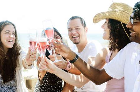 sektglas: Gruppe von Freunden mit Champagner Sekt an eine Entspannung Partyfeier Versammlung
