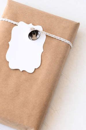crafting: Regalo de cumplea�os envuelto en papel normal atado con una cuerda, ornamentos de plata y una etiqueta de regalo, artesan�a en casa