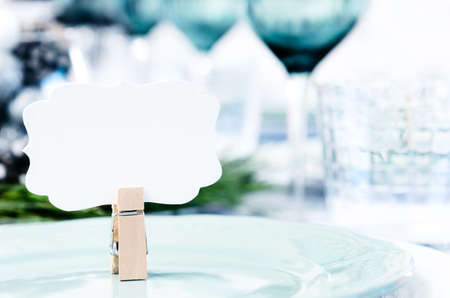 빈 장소 카드 파란색, 흰색과 녹색 테마의 크리스마스 테이블 설정