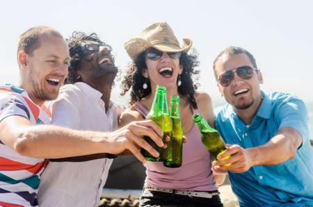 fiesta amigos: Amigos v�tores en la playa en una tarde soleada, una fiesta divertida recopilaci�n aire libre junto al mar