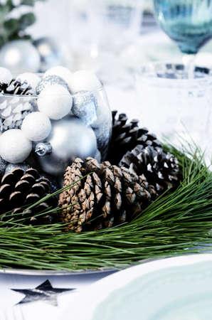 소나무 콘, 소나무 바늘과 그릇 장소 설정 크리스마스 테이블 장식 스톡 사진