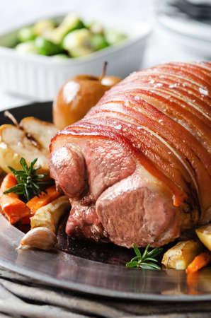 jamon: Carne asada de cerdo servido con manzanas asadas y verduras asadas, comida, almuerzo, cena tradicional Domingo