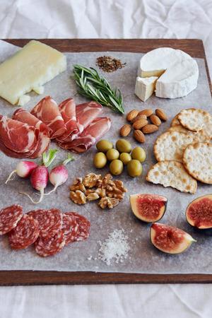 charcuter�a: Surtido de embutidos gourmet salami carne curada, coppa, con queso gruyere brie camembert servido con aceitunas galletas nueces y frutas