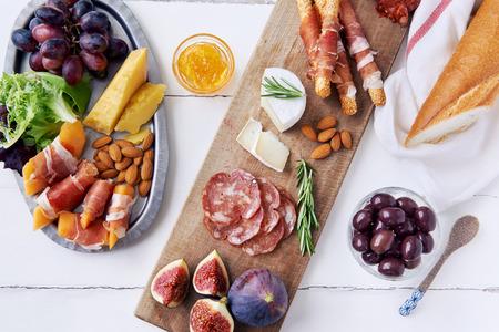 charcuter�a: Queso y selecci�n de embutidos de carne curada cheddar, gruyere, salami, chorizo, proscuitto envuelto palitos de pan con higo fresco, mel�n, almendras