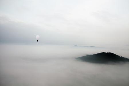 balon de basketball: Fly over the clouds with a hot air balloon