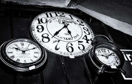 orologi antichi: Tre orologi antichi, Camden Lock Market, Camden Town, Londra, Inghilterra
