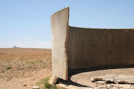 pared rota: Broken dam wall on farm