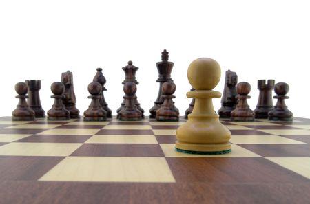 Chess pieces - pion blanc regarde l'échiquier