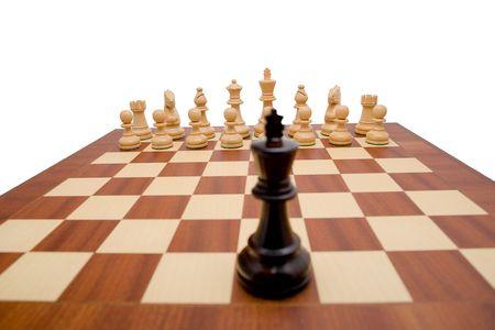 ajedrez: El rey que mira abajo del tablero del ajedrez la oposici�n junta las piezas.
