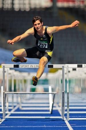 LINZ, Österreich - AUGUST 2 Österreichischer Leichtathletik Meisterschaft: Philipp Huber (# 237) platziert Fünftel in der Herren 110 m Hürden Rennen auf August 2, 2009 in Linz, Österreich.