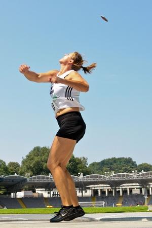 lanzamiento de disco: LINZ, AUSTRIA - el 2 de agosto de pista y campo austriaco de Campeonato: Sonja Spendelhofer (# 120) coloca segundo en evento de tiro de lanzamiento de disco de la mujer el 2 de agosto de 2009 en Linz, Austria. Editorial